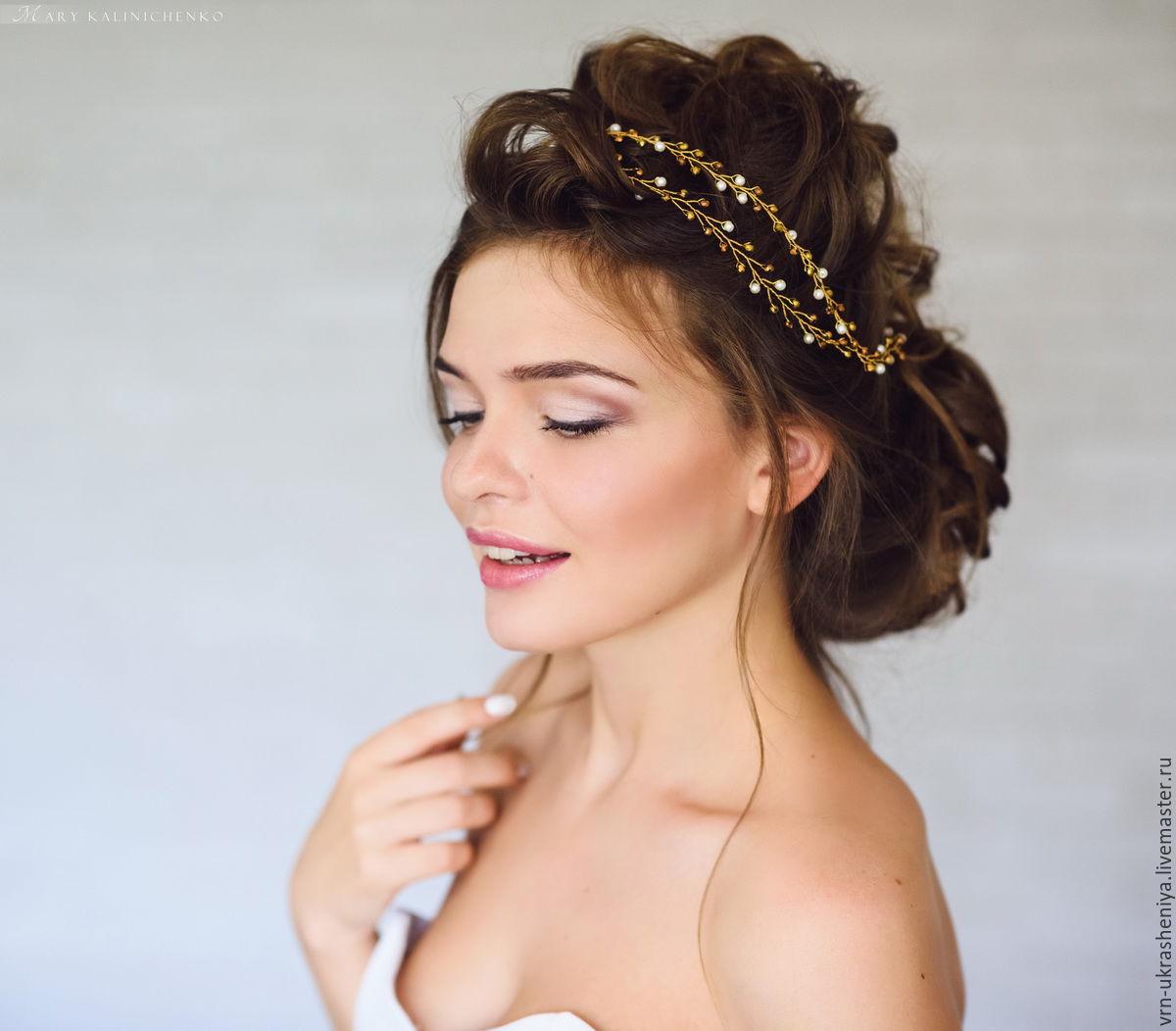 Прически с золотыми украшениями