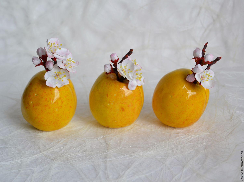 Три абрикоски
