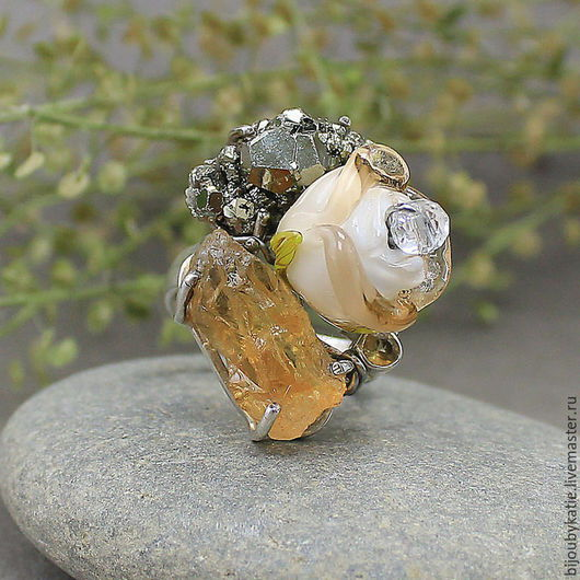 Кольцо 925 серебро цитрин, пирит, лэмпворк  Оригинальное кольцо, выполненное из стерлингового серебра 925 пробы. Размер кольца 7 (внутр диаметр 18 мм). Диаметр не регулируется.