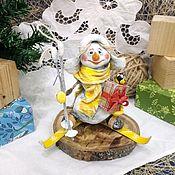 Снеговики ручной работы. Ярмарка Мастеров - ручная работа Ватная игрушка Снеговик с подарком. Handmade.