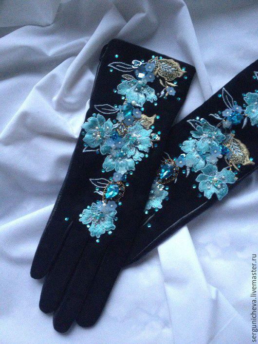 """Варежки, митенки, перчатки ручной работы. Ярмарка Мастеров - ручная работа. Купить Перчатки""""Paradise blue petunias"""" black. Handmade. Цветочный"""
