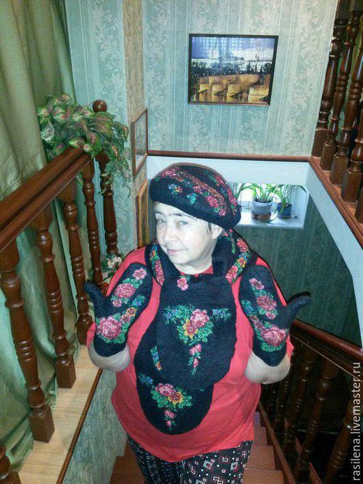 Берет валяный черный в технике нунофелтинг с черным шерстяным Павлово-посадским платком с малиновыми цветами