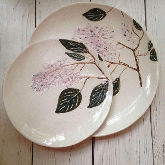Керамическая тарелка с росписью.