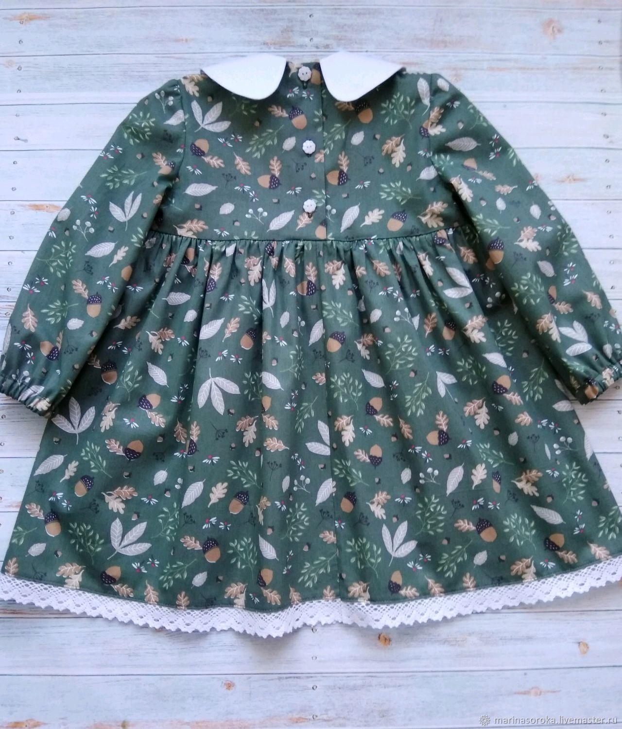 Платье с желудями на зеленом