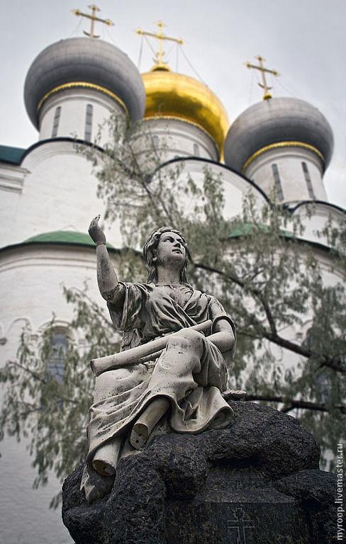 Новодевичий монастырь. Золоченые купола храмов и ангел, взирающий в небо...