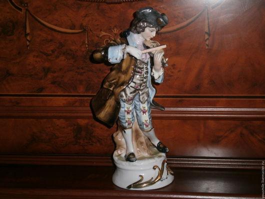 Винтажная фарфоровая статуэтка `Придворный музыкант-скрипач`