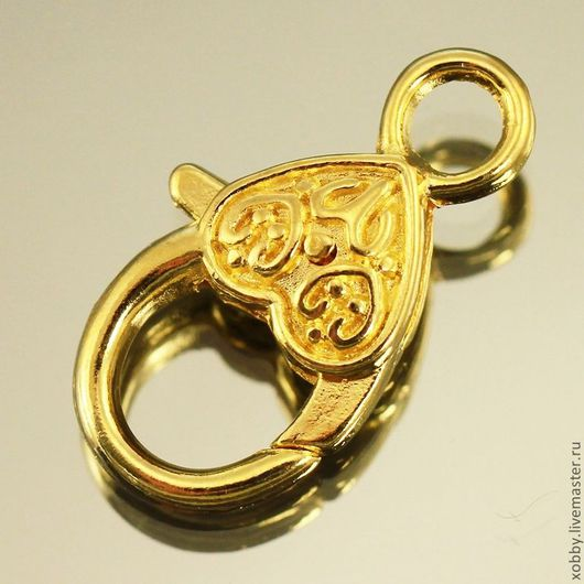 Замок для украшений карабин Сердце с двухсторонним объемным орнаментом для использования в браслетах и колье цвета светлое золото