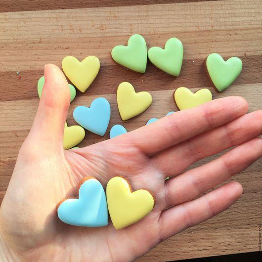 Кулинарные сувениры ручной работы. Ярмарка Мастеров - ручная работа. Купить Маленькое пряничное сердечко для декора - 3 см. Handmade.