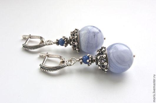 Небольшие серьги из серебра, натурального сапфирина (голубого агата), очень красивого голубого цвета, джинсового цвета содалита, с красивейшими ажурными шапочками из серебра российских мастеров.