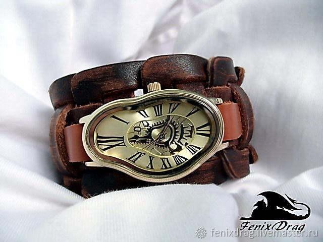 Модный и изящный широкий кожаный браслет с наручными изогнутыми часами  `Плывущее время. Сальвадор` в стиле Сальвадора Дали ручной работы. Авторские / дизайнерские эксклюзивные украшения и аксессуары