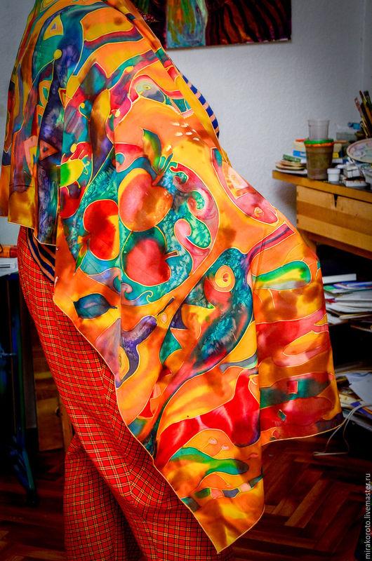 палантин прекрасен в носке , очень хорошо стирается в домашних условиях , цвет не меняется !! Немецкие акриловые краски используются в работе , очень стойкие , практически вечные!