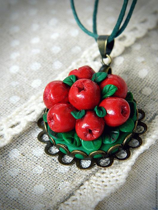 Кулон из полимерной глины с сочной брусникой. Для истинных ценителей ягод! Украшений не тяжелое, диаметр 3 см.
