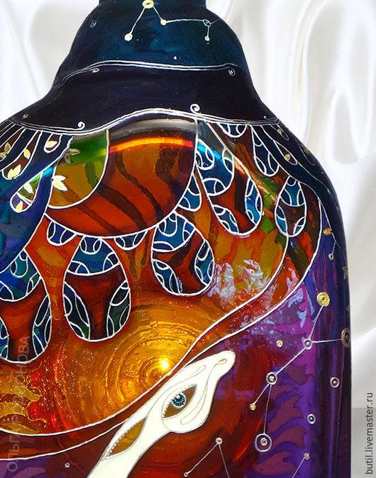 Фрагмент бутылки Все Стороны Света крупным планом с Оленем и звездным небом с созвездиями.