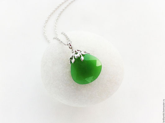 Кулон с зелёным халцедоном, украшение с халцедоном, украшение с хризопразом, купить украшение с зелёным камнем, подвеска с камнем, подвеска на цепочке, кулон на цепочке, купить подарок СПб, кулон