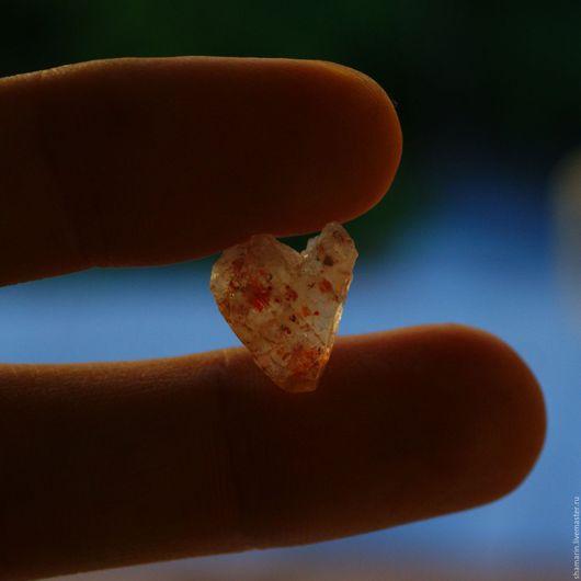 Натуральный солнечный камень в форме сердца. Дневной свет