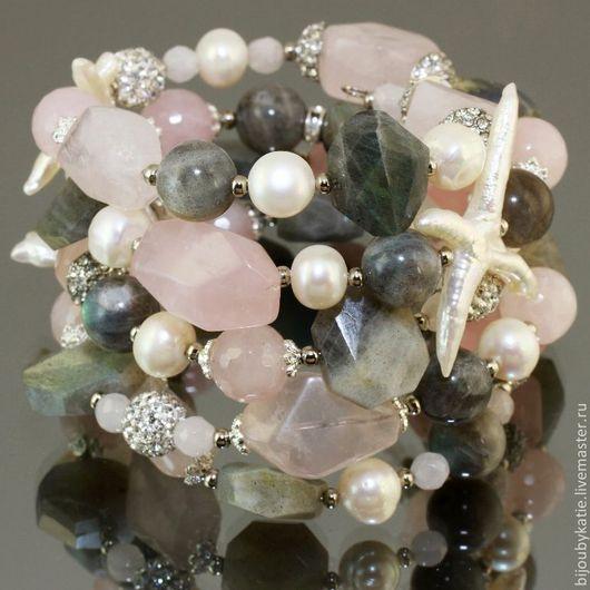 Браслет на проволоке с памятью | мемори диаметром 55 мм из бусин камня лабрадор, розовый кварц, натурального жемчуга и металлической фурнитуры под серебро со стразами