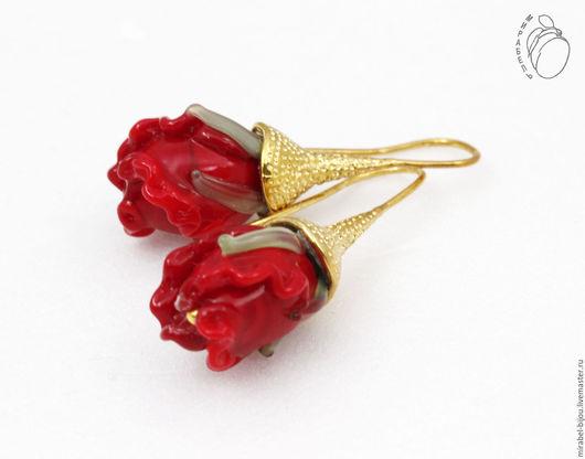 Мирабель-бижутерия. Серьги с красными розами бутонами lampwork, бусинами, под золото, фото. Купить серьги в Москве. Mirabelle. Handmade. Gold earrings with red roses Lampwork