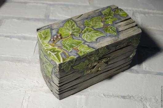 Объемные ветки плюща красиво обвивают всю поверхность шкатулки. Мелкие жилки на листочках аккуратно прорисованы для создания небольшой фактуры. Листья плюща покрыты специальным финишним составом, имит