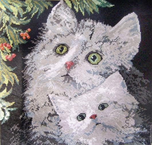 Маму-кошку целый день  Кушают котята,  Мама–кошка не шипит,  Мама-кошка рада!  Пьют котята молоко,  Быстро подрастают,  На животик сытый спят,  А потом играют.