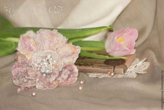 """Броши ручной работы. Ярмарка Мастеров - ручная работа. Купить Брошь цветок  """"Розовая нежность"""" (продано). Handmade. Бледно-розовый"""