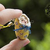 """Брелок ручной работы. Ярмарка Мастеров - ручная работа Миниатюрная куколка Незабудка из серии """"Лялечки-коконы"""". Handmade."""