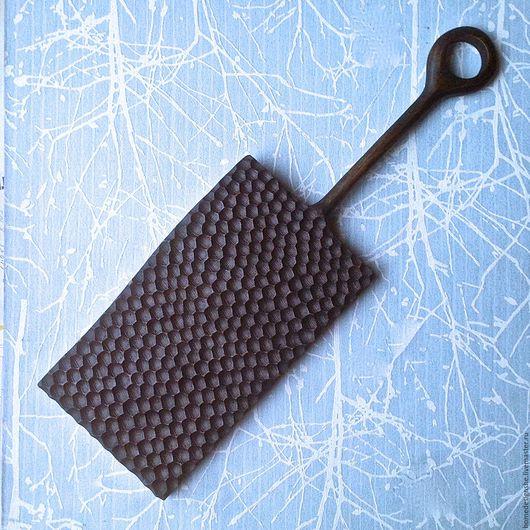 """Кухня ручной работы. Ярмарка Мастеров - ручная работа. Купить Сервировочная доска с ручкой """"Соты"""". Handmade. Черный, сервировка стола"""