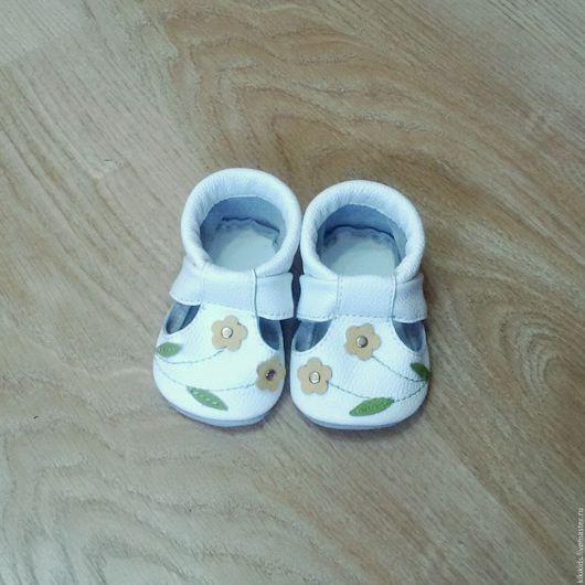 Детская обувь ручной работы. Ярмарка Мастеров - ручная работа. Купить Пинетки, чешки, тапочки Лютики. Handmade. Обувь для дома