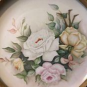 Большая тарелка в раме,розы,ручная роспись