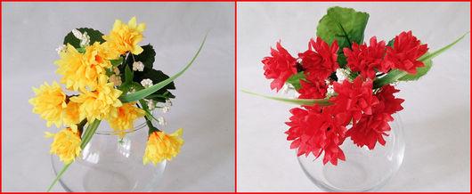 Слева желтые цветы, справа красные.