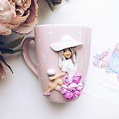 Кружки ручной работы. Ярмарка Мастеров - ручная работа Кружка с девушкой в шляпке и в юбке с пионами из полимерной глины. Handmade.