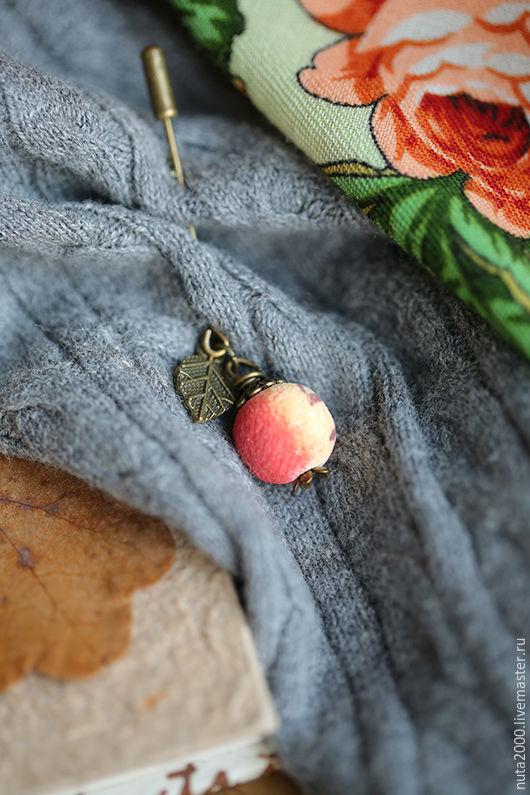 """Броши ручной работы. Ярмарка Мастеров - ручная работа. Купить Брошь """"Яблочко"""". Handmade. Брошь, подарок женщине, брошь с камнями"""