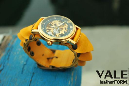 Часы наручные женские на браслете из желтой кожи