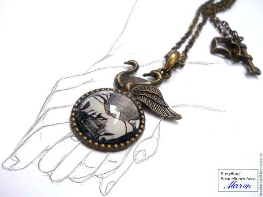 """Кулоны, подвески ручной работы. Ярмарка Мастеров - ручная работа. Купить """"Двое""""кулон на цепочке круглый винтаж медальон лебеди. Handmade."""