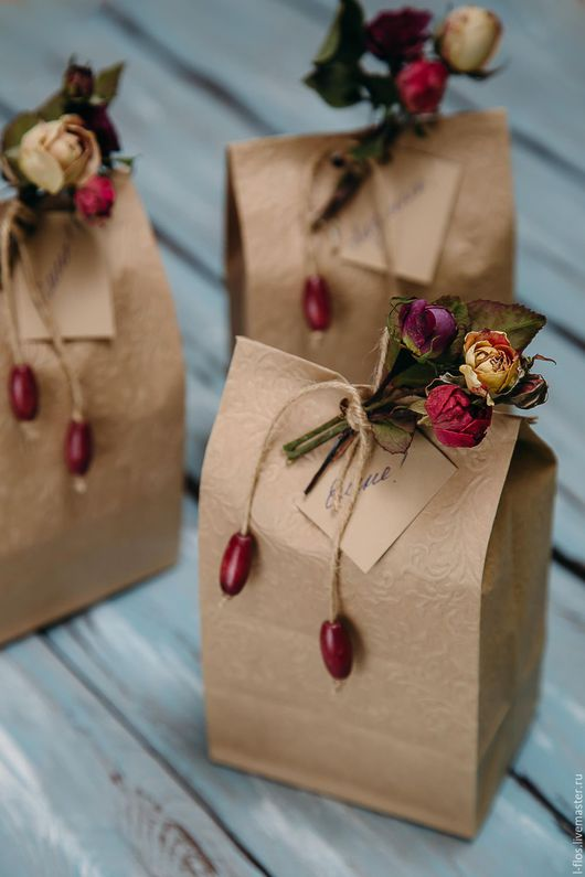 Подарочная упаковка с бутоньеркой из сухоцветов `Бутон`
