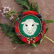 Брошь-булавка ручной работы. Ярмарка Мастеров - ручная работа Вышитая брошь Sheep&Chic. Handmade.