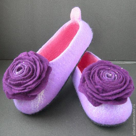 Тапочки розовые внутри и нежно сиреневые снаружи с насыщенными фиолетовыми розами.