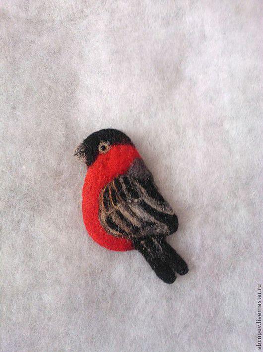 """Броши ручной работы. Ярмарка Мастеров - ручная работа. Купить Брошь """"Снегирь"""". Handmade. Снегирь, зима, брошь войлочна снегирь"""