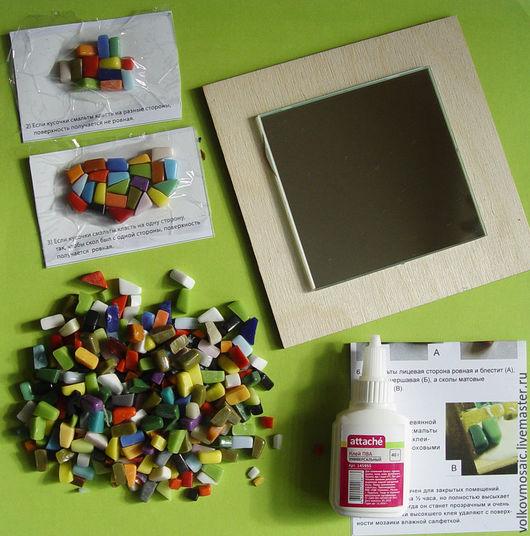 В набор входит заготовка зеркало, кусочки смальты, образцы выкладки мозаики, инструкция по приклеиванию, клей ПВА