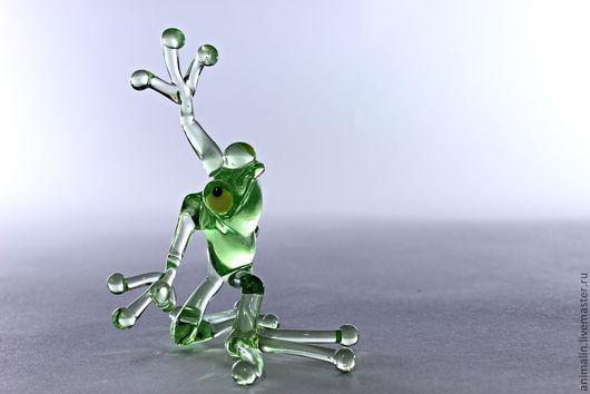 Статуэтки ручной работы. Ярмарка Мастеров - ручная работа. Купить Стеклянная фигурка танцующие лягушки (средняя). Handmade. Салатовый, стекло