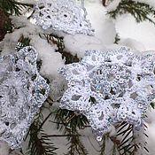 Подарки к праздникам ручной работы. Ярмарка Мастеров - ручная работа Набор мерцающих  новогодних вязаных снежинок на елку в интерьер. Handmade.