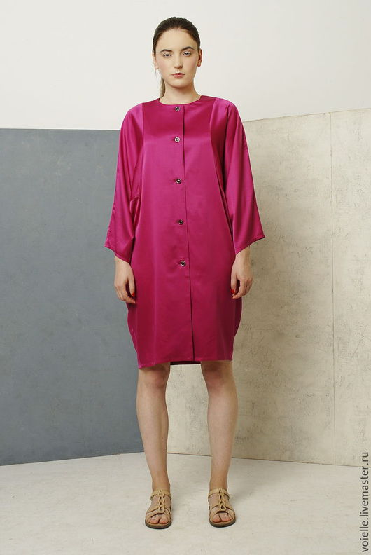 Платье пальто фуксия летнее из атласа с широкими рукавами.