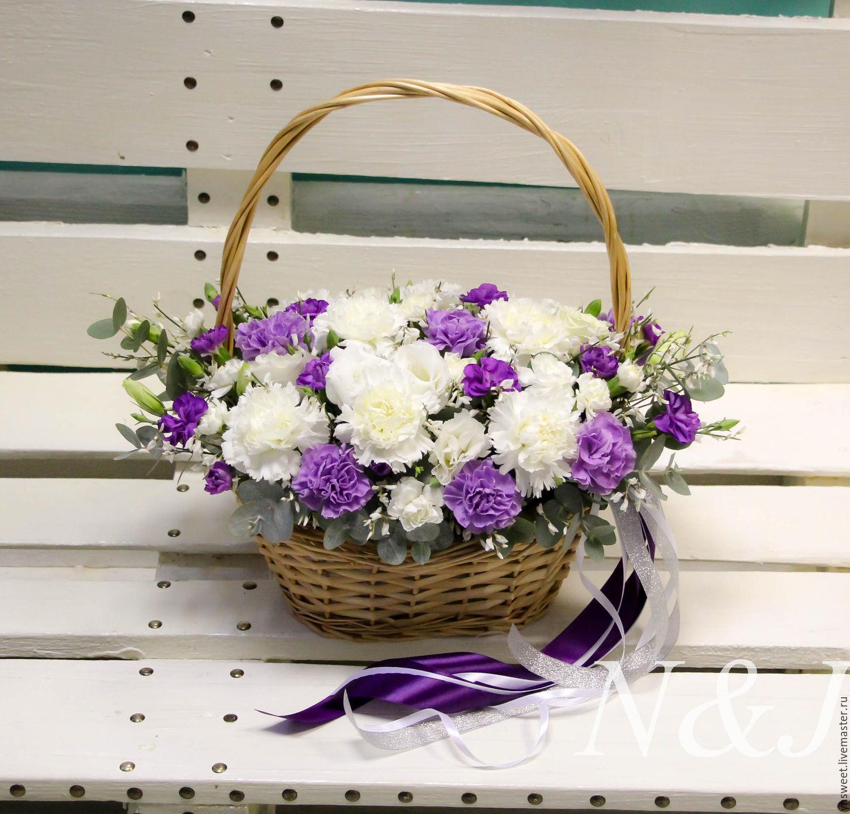 Корзинка с живыми цветами