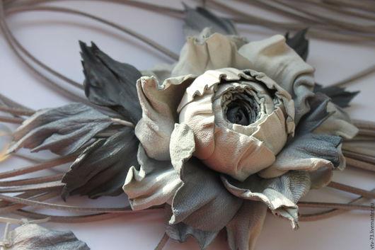 """Колье, бусы ручной работы. Ярмарка Мастеров - ручная работа. Купить Колье из кожи """"Дымка"""". Handmade. Серый, колье цветок"""