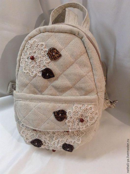 вариант рюкзака ВИНТАЖ. заказан.\r\nдля декора были использованы:\r\ кружево (фриволите)\r\nпуговицы из кокоса\r\nдеревянные бусины
