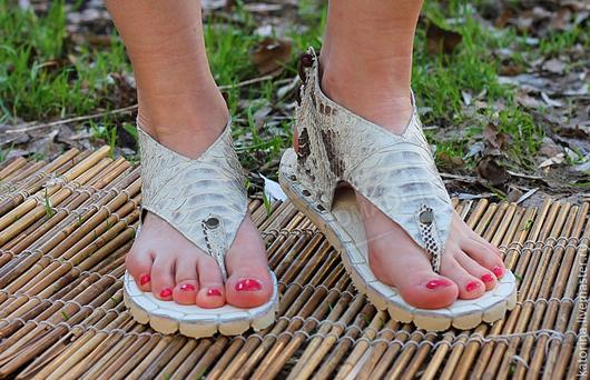 Обувь ручной работы. Ярмарка Мастеров - ручная работа. Купить Сандалии из кожи питона Натурально-серые через палец. Handmade.
