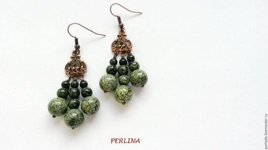`Невеста полоза. Королевна` зеленые серьги из натуральных камней змеевика. Купить зеленые серьги из натуральных камней змеевика. Крупные серьги. Большие серьги. Красивые серьги. Серьги с камнями.