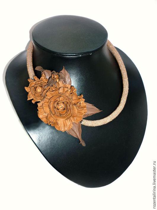 Колье `Краски осени` выполнено:  цветы из натуральной итальянской Кожи (цветы не съёмные) и жгут  толщиной 9 мм из чешского бисера. Качественная металлическая фурнитуры цвета меди.