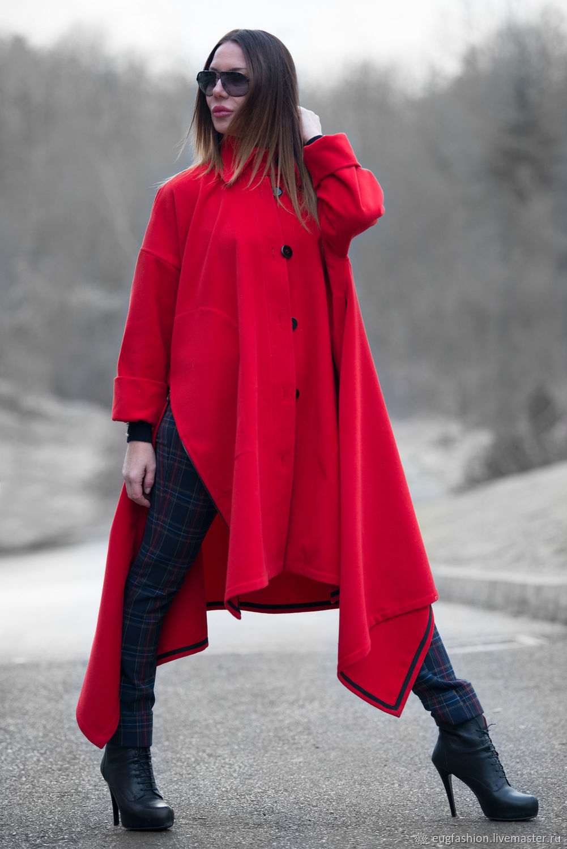 красное пальто и кремовый палантин фото расположим соответствующий товар