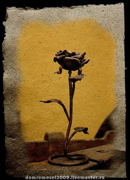 Роза   с  тремя листочками на подставке. Подставкой служит сама ножка  розы. Внуть бутона  устанавливается маленькая свеча в обойме. Роза  светиться изнутри.