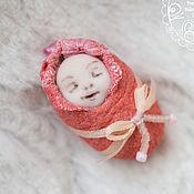 """Подарки к праздникам ручной работы. Ярмарка Мастеров - ручная работа Миниатюрная куколка. Спящий малыш в розовом. Из серии """"Лялечки-коконы"""". Handmade."""